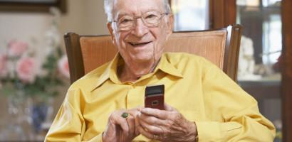 A 100 éves legendás orvos nem tudna mobiltelefonja nélkül élni